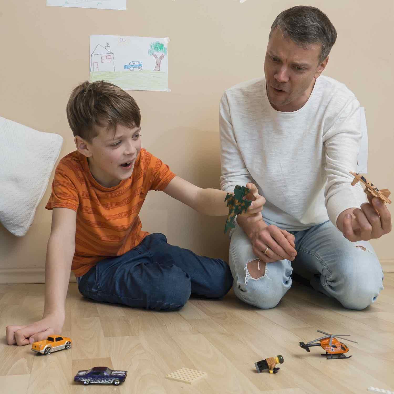 foto para describir en inglés de padre e hijo jugando