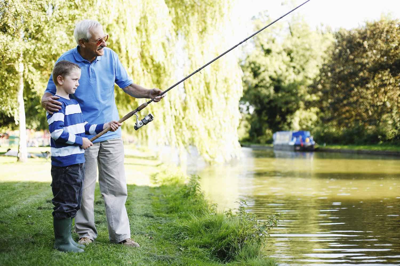 abuelo y nieto pescando, foto para describir en inglés