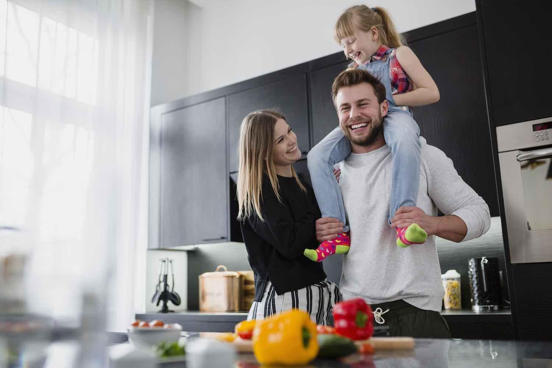 foto descripción familia pasandolo bien en la cocina