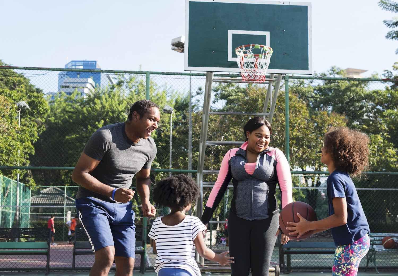 descripción de foto en inglés familia jugando al baloncesto
