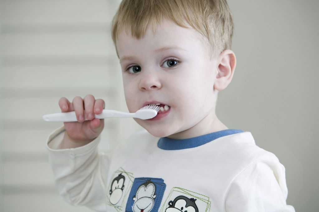 Un niño que se está cepillando los dientes
