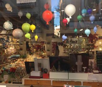 Glass balloon sculpture holiday trip