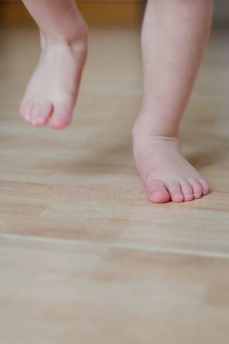 A baby with flat feet