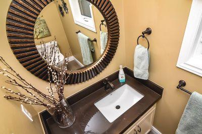 Powder Room - 990 Upper Kenilworth Avenue Hamilton East Mountain