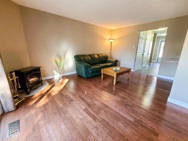 3. 11-5004 Friesen Blvd Beamsville - Living room