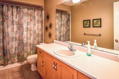 Upstairs Bathroom  - 990 Upper Kenilworth Avenue Hamilton East Mountain